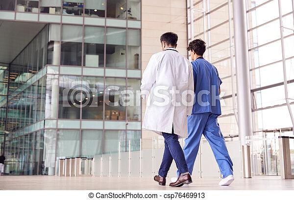 personnel, monde médical, arrière, mâle, vue, conversation, vestibule, bâtiment, hôpital, promenade, ils, moderne, par - csp76469913