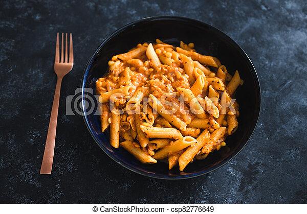pesto, pâtes, rouges, vegan, penne, nourriture, plant-based - csp82776649