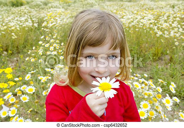 peu, fleur, pré, printemps, pâquerette, blonds, sentir, girl - csp6432652