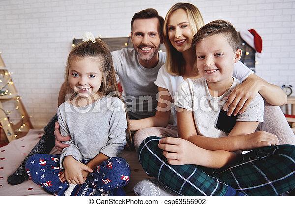 portrait, heureux, lit, noël famille - csp63556902
