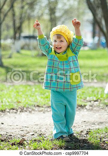 printemps, enfantqui commence à marcher, heureux - csp9997704