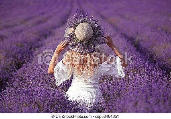 robe, dehors, chapeau, heureux, paille, apprécier, lavande, dos, blonds, field., insouciant, vue, blanc, sunset., femme, portrait., femme, jeune - csp58484851