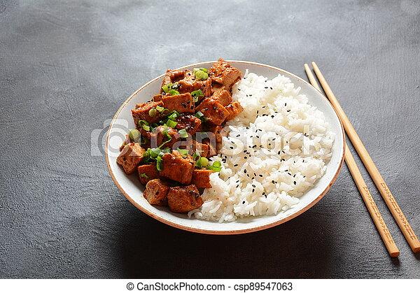 sans gluten, sésame, vegan, graines, sauce, sain, doux, croustillant, rice., tofu, frit, bol, teriyaki, servi, épicé, nourriture - csp89547063