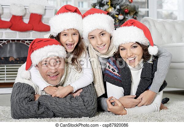 santa, noël heureux, préparer, chapeaux, famille - csp87920086