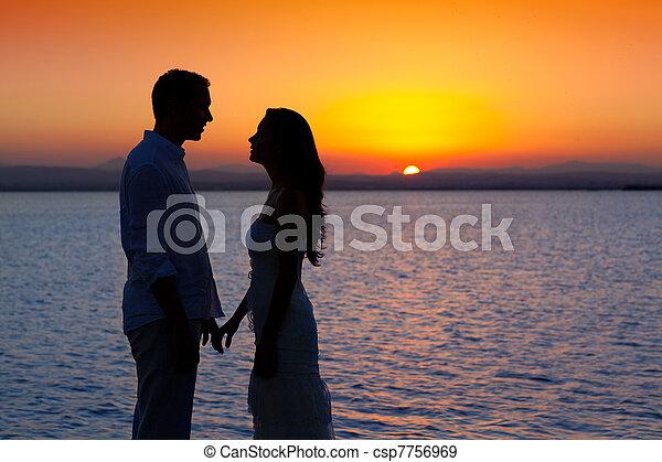silhouette, lumière, couple, dos, lac, coucher soleil, amour - csp7756969