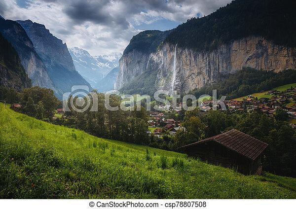 sombre, lauterbrunnen, alpin, emplacement, suisse, endroit, alpes, village., valley., vue - csp78807508