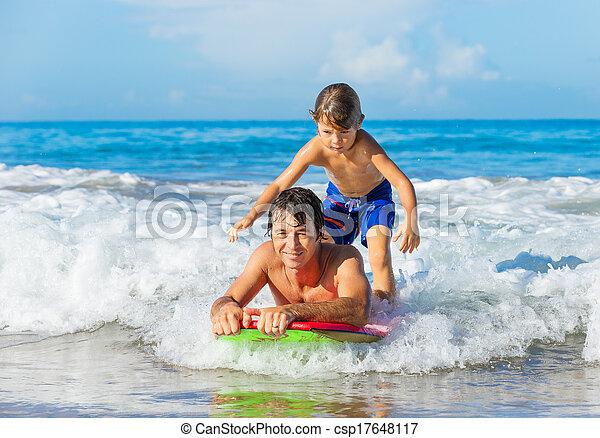 surfer, style de vie, vague, père, insouciant, ensemble, fils, tandem, attraper, amusement, sourire, océan, heureux - csp17648117