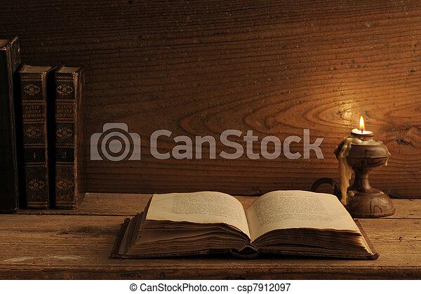 table bois, livre, vieux, lueur bougie - csp7912097