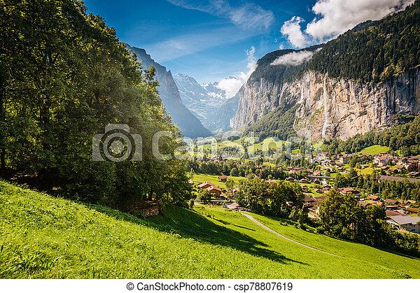 vif, lauterbrunnen, alpin, emplacement, suisse, endroit, alpes, village., valley., vue - csp78807619