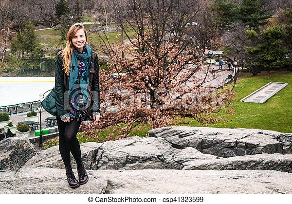 ville, parc central, arbres, york, devant, nouveau, manhattan, girl - csp41323599