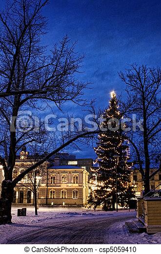 ville, soir, vieux, éclairé, centre, neigeux, arbre, grand, noël - csp5059410